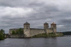 Sikt av den Olavinlinna slotten, Savonlinna, Finland Royaltyfri Foto