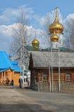 Sikt av den ortodoxa kloster med guld- kupoler av kyrkor Arkivfoton