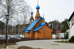 Sikt av den ortodoxa kloster med guld- kupoler av kyrkor Royaltyfria Bilder