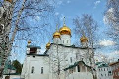Sikt av den ortodoxa kloster med guld- kupoler av kyrkor arkivfoto