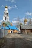 Sikt av den ortodoxa kloster med guld- kupoler av kyrkor Royaltyfri Foto
