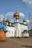 Sikt av den ortodoxa kloster med guld- kupoler av kyrkor royaltyfri fotografi