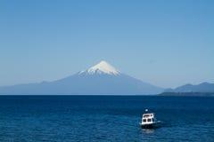 Sikt av den Osorno vulkan, Patagonia, Chile från Puerto Varas l Royaltyfri Foto