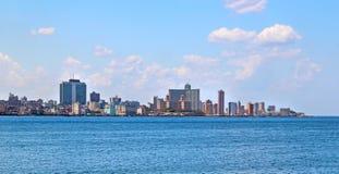 Sikt av den panoramatic havannacigarren i Kuba Det finns bl? himmel och det bl?a havet arkivbilder