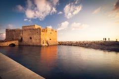 Sikt av den Paphos slotten (Paphos, Cypern) arkivfoto