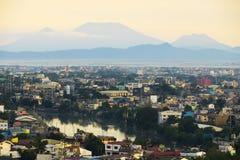 Sikt av den Pasig floden och tunnelbanan Manila, med berg arkivbild