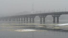 Sikt av den Paton bron i vinter Snöfall i Kiev nära den Dnieper floden lager videofilmer