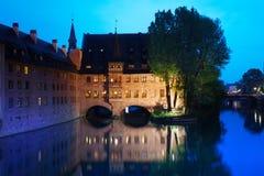 Sikt av den Pegnitz floden i Nuremberg på natten Arkivfoto
