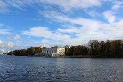 Sikt av den Pesochnaya invallningen och den Bolshaya Nevka floden från den Elaginovsky ön i St Petersburg royaltyfri fotografi