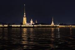 Sikt av den Peter och Paul fästningen och domkyrkan av Peter och Paul St Petersburg Royaltyfria Foton