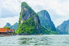 Sikt av den Phang Nga fjärden och passageraresnabba motorbåtarna för turist Arkivbild