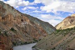 Sikt av den Phuktal kloster Royaltyfri Fotografi