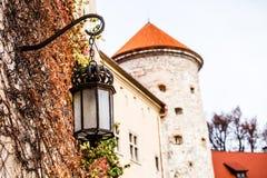 Sikt av den Pieskowa Skala slotten och trädgården, medeltida byggnad nära Krakow, Polen Royaltyfri Fotografi