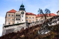 Sikt av den Pieskowa Skala slotten och trädgården, medeltida byggnad nära Krakow, Polen Arkivfoton