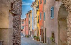 Sikt av den Pignone, pittoresk och forntida byn med färgrika hus i inland av La Spezia, nära till de berömda 5na Terre, Italien Fotografering för Bildbyråer