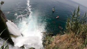 Sikt av den pittoreska lägre Duden vattenfallet som faller in i havet i Antalya, Turkiet Top beskådar arkivfilmer