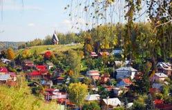 Sikt av den Ples staden, Ryssland och Volgaet River shadows den blåa långa naturen för hösten skyen Arkivbild