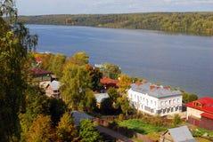 Sikt av den Ples staden, Ryssland och Volgaet River shadows den blåa långa naturen för hösten skyen Arkivfoto