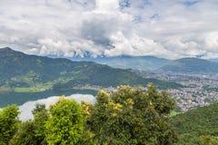 Sikt av den Pokhara staden och Phewa sjön, Nepal arkivbilder