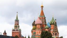 Sikt av den Pokrovsky domkyrkan och det Spasskaya tornet Arkivbilder