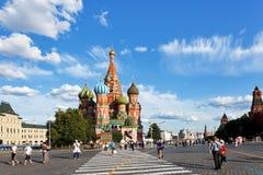 Sikt av den Pokrovsky domkyrkan på röd fyrkant Arkivfoton