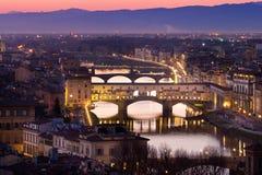 Sikt av den Ponte Vecchio bron, Florence, Tuscany, Italien Royaltyfria Bilder