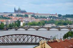 Sikt av den Prague slotten över den svullna floden Vltava Arkivfoto