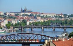 Sikt av den Prague slotten över floden Vltava Royaltyfri Foto