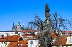 Sikt av den Prague slotten från Charles Bridge Arkivbilder