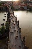 Sikt av den Prague slotten från Charles Bridge Arkivfoto