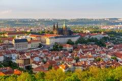 Sikt av den Prague slotten med St Vitus Cathedral från det Petrin tornet, Tjeckien Royaltyfri Fotografi