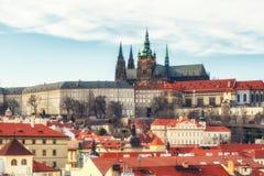 Sikt av den Prague slotten med St Vitus Cathedral, Tjeckien Arkivbild