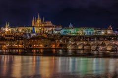 Sikt av den Prague slotten på natten arkivfoton