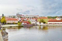 Sikt av den Prague slotten, Tjeckien, på kusten av Vltava Royaltyfri Fotografi