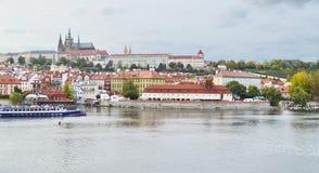 Sikt av den Prague slotten, Tjeckien, på kusten av Vltava Royaltyfri Foto