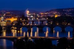 Sikt av den Prague staden i natten, Tjeckien Arkivbild