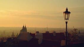 Sikt av den Prague staden, Tjeckien, panorama i ottan från väggarna av den Hradcany slotten Fotografering för Bildbyråer