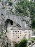 Sikt av den Predjama slotten arkivbilder