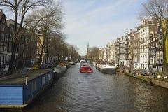 Sikt av den Prinsengracht kanalen in mot Westerkerk från den Berensluis bron i Amsterdam Royaltyfri Fotografi