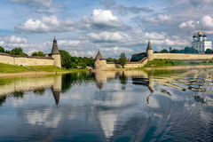 Sikt av den Pskov Kreml från den Velikaya floden i sommaren Arkivfoto