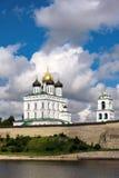 Sikt av den Pskov Kreml från den Velikaya floden i summen Arkivfoto