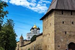 Sikt av den Pskov Kreml i sommaren Arkivfoto
