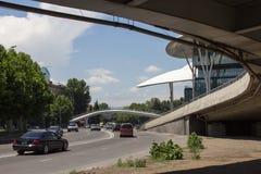 Sikt av den puckelryggiga fot- bron nära huset av rättvisa i Tbilisi, Georgia Fotografering för Bildbyråer