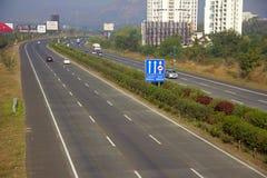 Sikt av den Pune Mumbai motorvägen nära den Somatane avgiftplazaen, Pune royaltyfri fotografi