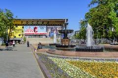 Sikt av den Pushkin fyrkanten, den musikaliska teatern och springbrunnar i mitten av huvudstaden moscow russia arkivbild