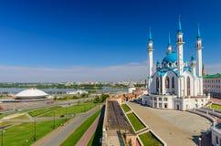 Sikt av den Qol sharifmoskén, den Kazanka floden och byggnaden av cirkusen, Kazan, Ryssland Arkivfoto
