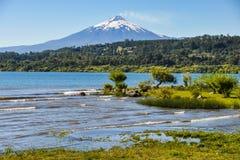 Sikt av den röka Villarrica vulkan, Villarrica, Chile arkivbilder