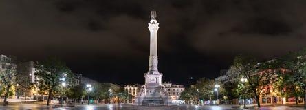sikt av den Restauradores fyrkanten och hans obelisk på natten, Lissabon, Portugal royaltyfri fotografi