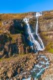 Sikt av den Rjukandi vattenfallet nära Ring Road H?st iceland royaltyfri bild