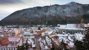 Sikt av den romanian medeltida staden Brasov från synvinkeln stock video